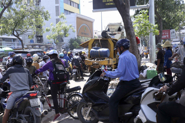Kiểu dừng đỗ xe ô tô nhức mắt giữa Sài Gòn - Ảnh 11.