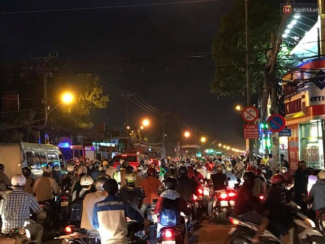 Hiện trường vụ cháy cây xăng ở Sài Gòn khiến hàng chục xe máy bị thiêu rụi - Ảnh 9.