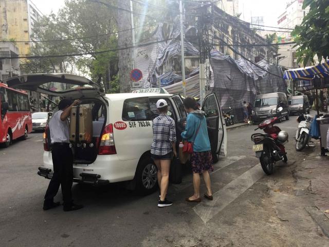 Kiểu dừng đỗ xe ô tô nhức mắt giữa Sài Gòn - Ảnh 9.