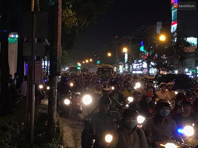 Hiện trường vụ cháy cây xăng ở Sài Gòn khiến hàng chục xe máy bị thiêu rụi - Ảnh 10.