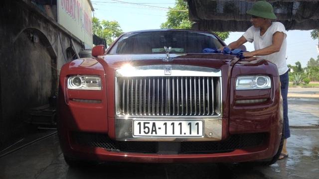 """Rolls-Royce Ghost Hải phòng biển """"ngũ quý"""" 1 tắm rửa ngay trên phố"""