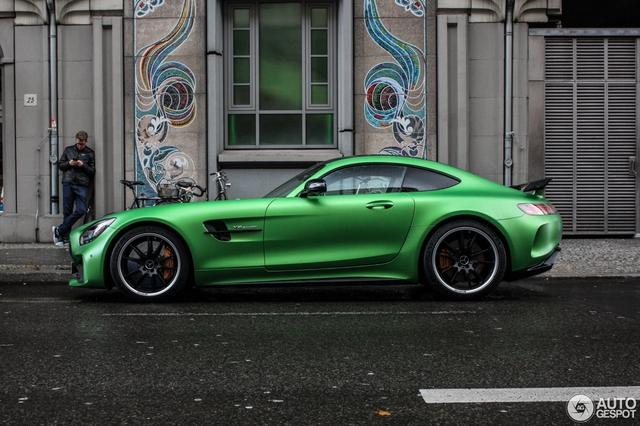 Mercedes-AMG GT R là phiên bản hiệu suất cao của siêu xe GT S. Với nhiều người, Mercedes-AMG GT R được ví như mẫu xe đua trên đường phố với thiết kế hầm hố cùng sức mạnh ấn tượng.