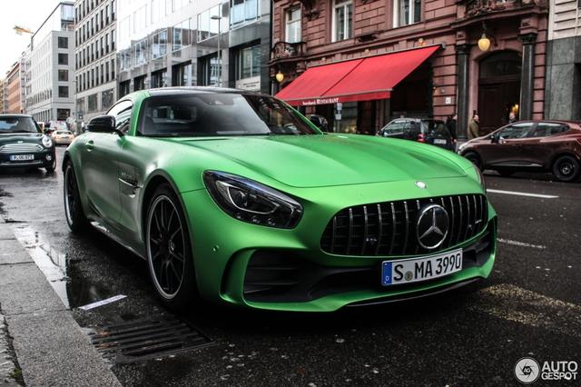 So với bản tiêu chuẩn Mercedes-AMG GT S, phiên bản hiệu suất cao GT R có ngoại hình dữ dằn hơn với lưới tản nhiệt AMG Panamericana lấy từ xe đua GT3. Chắn bùn trước/sau bằng sợi carbon được mở rộng thêm 45,7 mm.