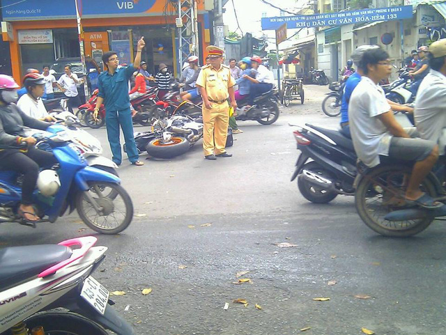 Sài Gòn: Honda CBR1000RR Repsol va chạm kinh hoàng với 2 xe máy - Ảnh 1.