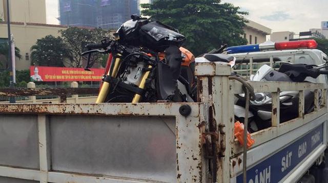 Sài Gòn: Honda CBR1000RR Repsol va chạm kinh hoàng với 2 xe máy