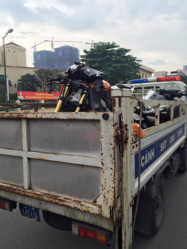 Sài Gòn: Honda CBR1000RR Repsol va chạm kinh hoàng với 2 xe máy - Ảnh 3.