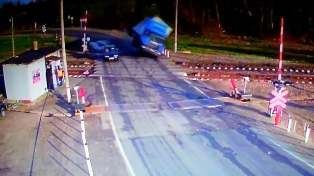 Vào cua tốc độ cao, xe tải lật ngay trên đường tàu