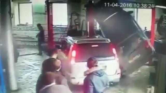 Lùi bất cẩn gây hoạ cho xe đang sửa trong gara