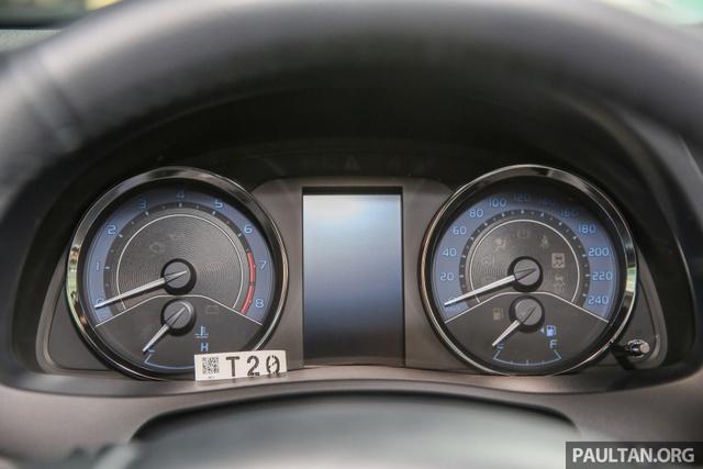Trong khi đó, bản 1.8G có thêm gương chiếu hậu gập tự động, ghế bọc da, hệ thống kết nối Bluetooth và cụm đồng hồ Optitron với màn hình đa thông tin 4,2 inch.
