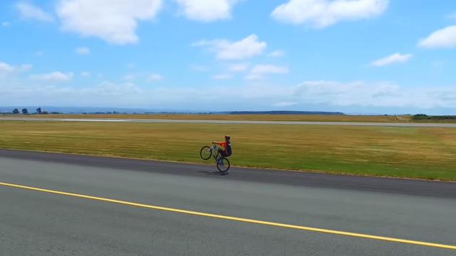 """Màn """"bốc đầu"""" xe đạp lâu nhất thế giới"""