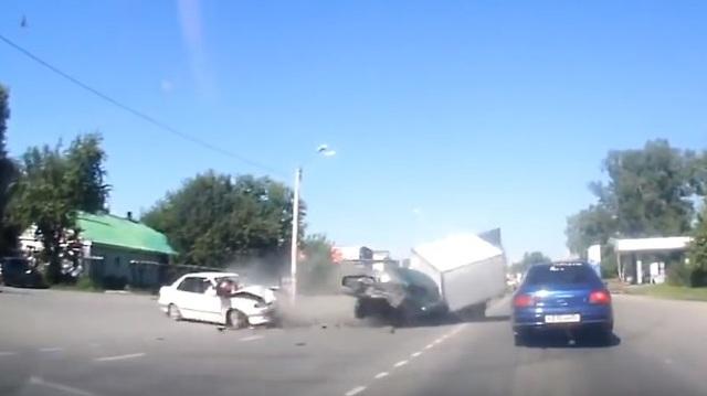2 ô tô đâm nhau, 2 người bị hất văng từ xe ra ngoài đường