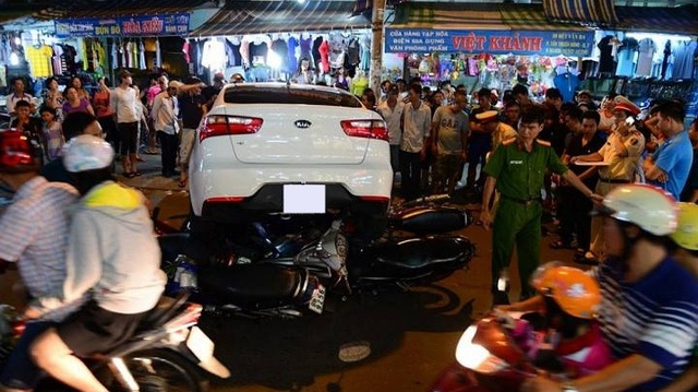 """Sài Gòn: Kia Rio """"hạ gục"""" 6 xe máy đi đường, 1 người bị thương"""