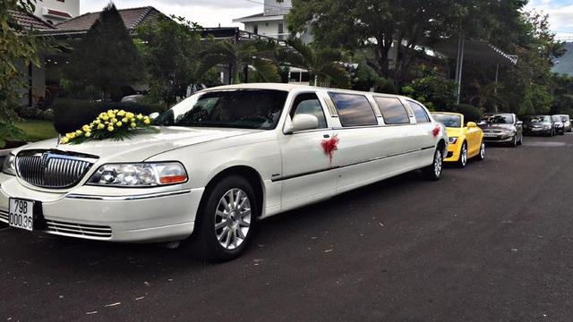 """Choáng với dàn mô tô """"khủng"""" và xe limousine rước dâu tại Nha Trang"""