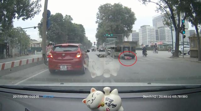 Rùng mình với video cô gái đi xe máy bị xe container cuốn vào gầm tại Hà Nội - Ảnh 3.