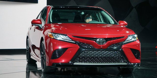 Toyota Camry 2018: Lột xác về thiết kế từ trong ra ngoài, thêm động cơ mới - Ảnh 1.