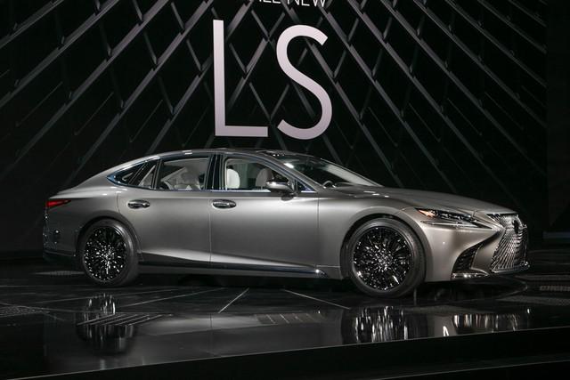 Cận cảnh vẻ đẹp xuất sắc của Lexus LS 2018 ngoài đời thực - Ảnh 2.
