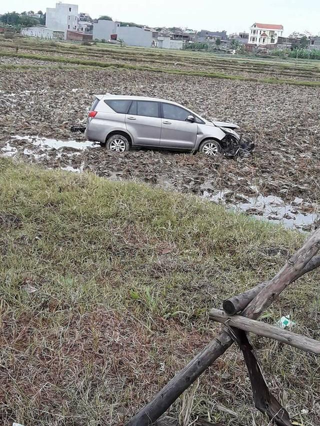 Bắc Ninh: Toyota Innova 2016 lao xuống ruộng, vỡ nát đầu xe - Ảnh 1.