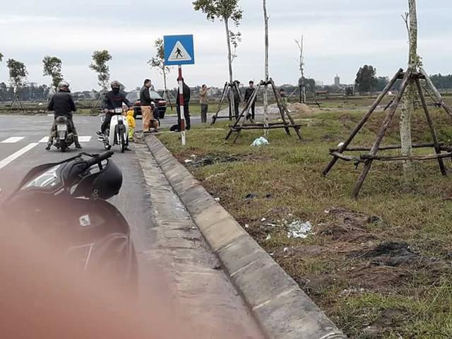 Bắc Ninh: Toyota Innova 2016 lao xuống ruộng, vỡ nát đầu xe - Ảnh 2.