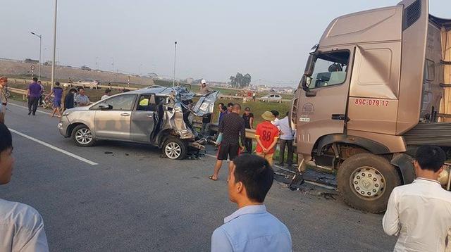 Bắc Ninh: Toyota Innova 2016 lao xuống ruộng, vỡ nát đầu xe - Ảnh 4.