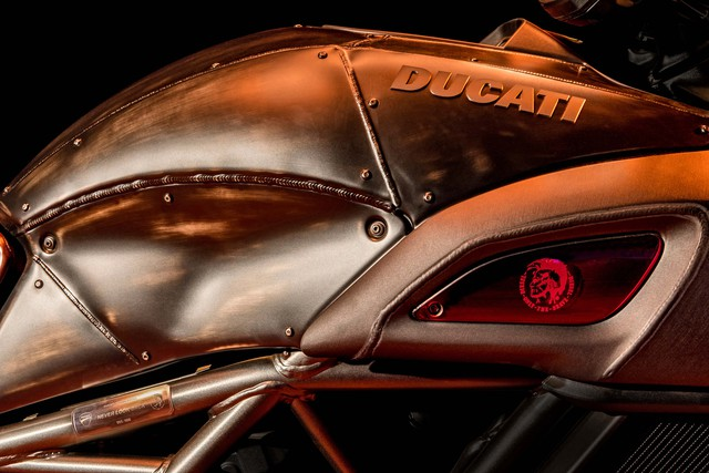 Ducati Diavel Diesel - Mô tô mang phong cách hậu Khải huyền - Ảnh 4.