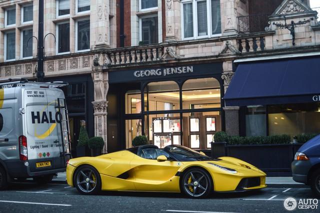 Ferrari LaFerrari mui trần thứ hai đặt chân đến thủ đô siêu xe London - Ảnh 1.