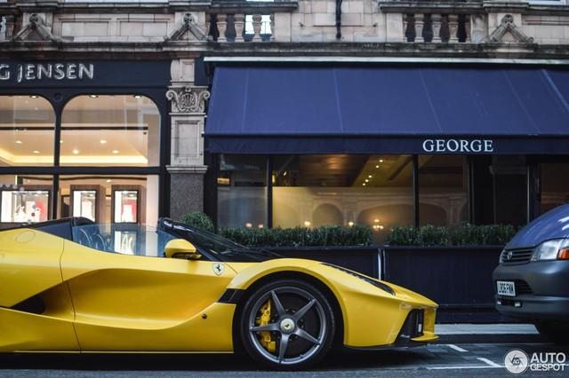 Ferrari LaFerrari mui trần thứ hai đặt chân đến thủ đô siêu xe London - Ảnh 3.