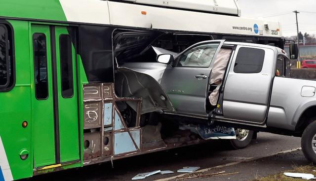 Khoảnh khắc xe bán tải Toyota Tacoma đâm thủng sườn xe buýt - Ảnh 3.