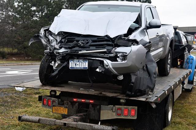 Khoảnh khắc xe bán tải Toyota Tacoma đâm thủng sườn xe buýt - Ảnh 5.