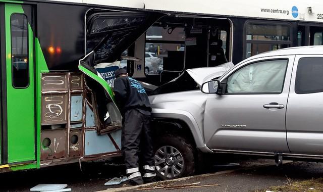 Khoảnh khắc xe bán tải Toyota Tacoma đâm thủng sườn xe buýt - Ảnh 4.