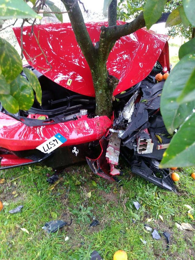 Siêu xe Ferrari 458 Italia đi thuê vỡ toác đầu vì đâm vào gốc cây cam - Ảnh 2.