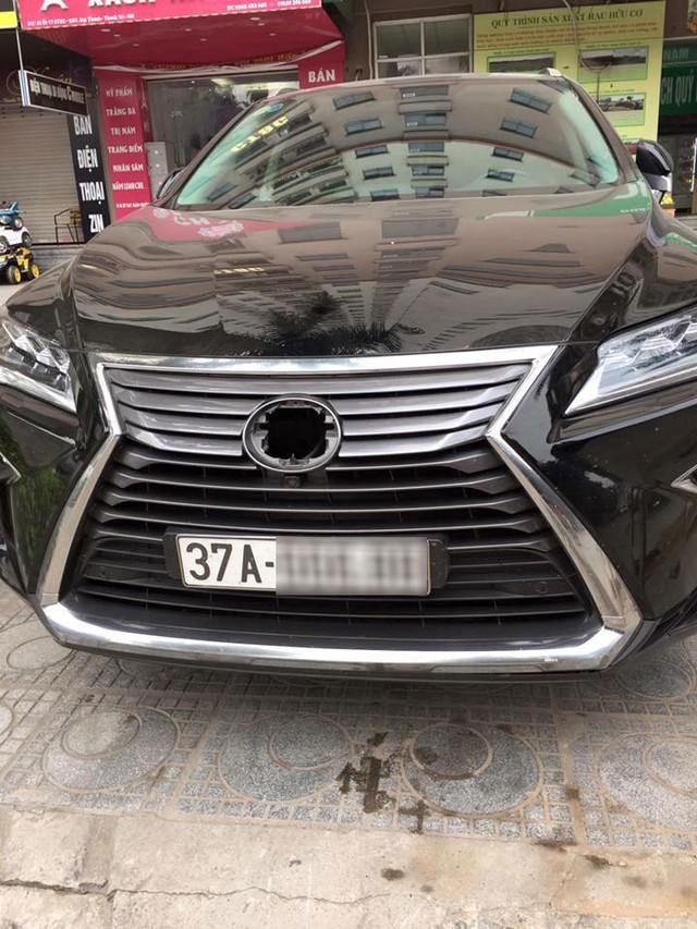 Lexus RX350 bị vặt logo khi gửi qua đêm tại chung cư ở Hà Nội - Ảnh 1.