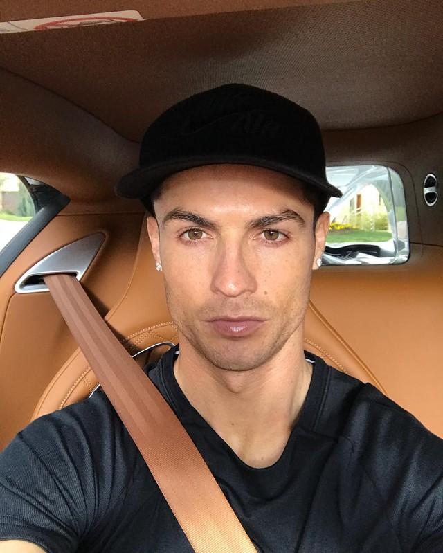 Xem Cristiano Ronaldo cầm lái siêu phẩm triệu đô Bugatti Chiron - Ảnh 1.
