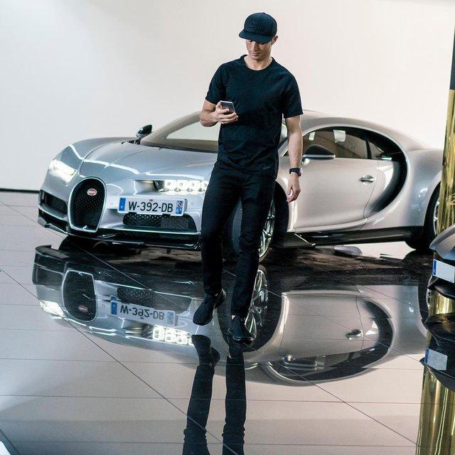Xem Cristiano Ronaldo cầm lái siêu phẩm triệu đô Bugatti Chiron - Ảnh 2.