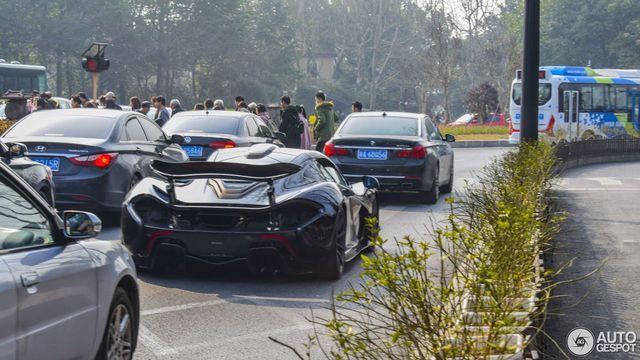 Thể hiện với bạn gái, thiếu gia hạ gầm McLaren P1 xuống 66 mm và chạy trong phố - Ảnh 8.