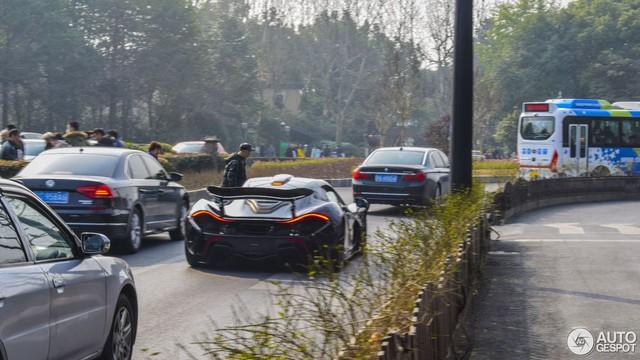 Thể hiện với bạn gái, thiếu gia hạ gầm McLaren P1 xuống 66 mm và chạy trong phố - Ảnh 9.