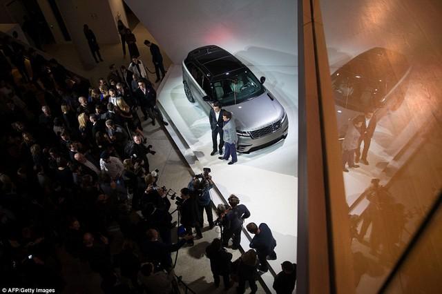 Ngắm Range Rover Velar bằng xương, bằng thịt, cạnh tranh Porsche Macan - Ảnh 1.