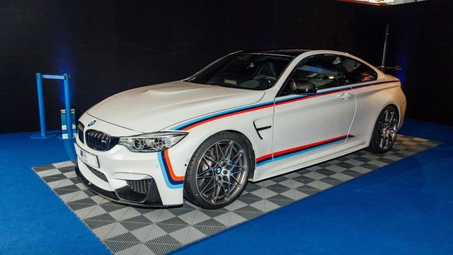 Mua BMW M4 đặc biệt được cho không siêu mô tô S1000RR 2017 và đồng hồ đeo tay - Ảnh 1.
