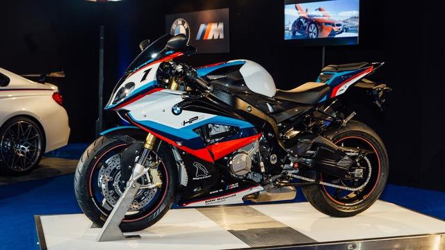 Mua BMW M4 đặc biệt được cho không siêu mô tô S1000RR 2017 và đồng hồ đeo tay - Ảnh 13.