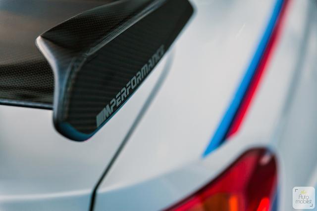 Mua BMW M4 đặc biệt được cho không siêu mô tô S1000RR 2017 và đồng hồ đeo tay - Ảnh 3.