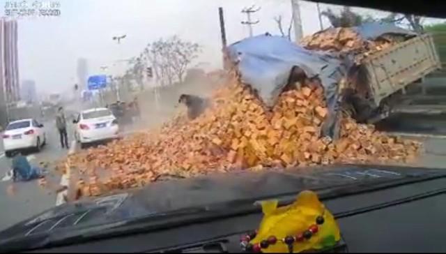 Ô tô tải lật nghiêng, hàng trăm viên gạch đổ lên nóc xe con - Ảnh 3.