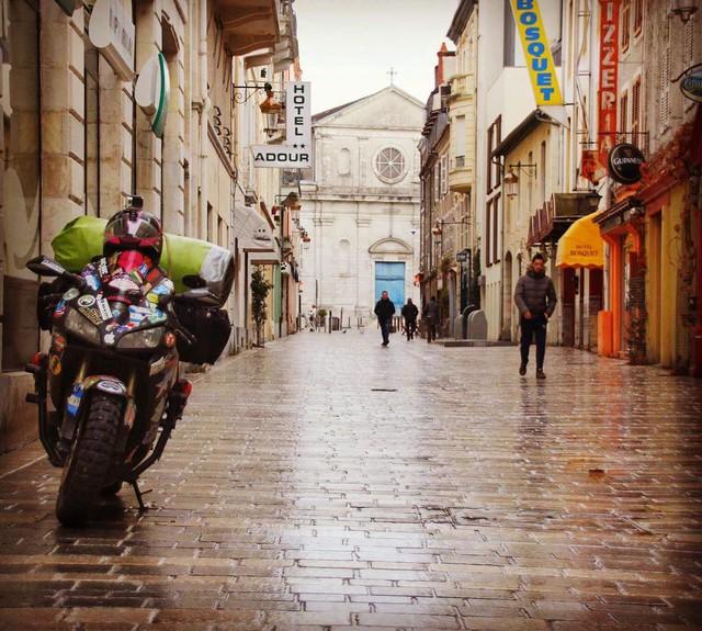 Làm quen với cô gái một mình đi vòng quanh thế giới bằng Honda CBR600RR - Ảnh 8.