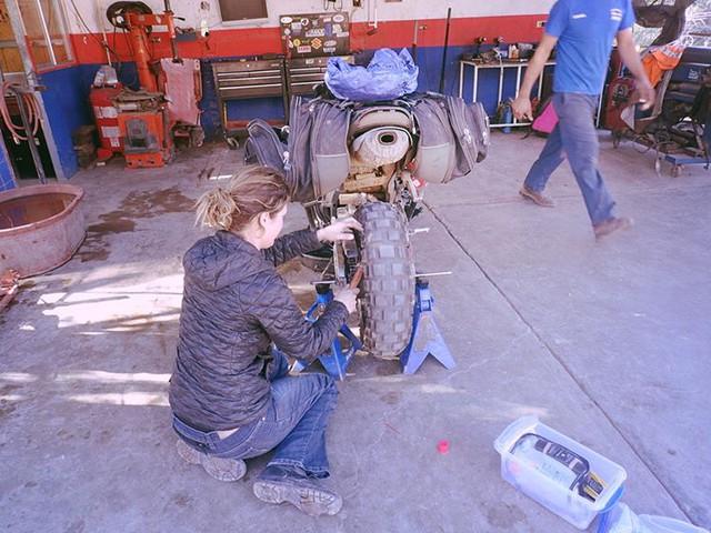 Làm quen với cô gái một mình đi vòng quanh thế giới bằng Honda CBR600RR - Ảnh 11.
