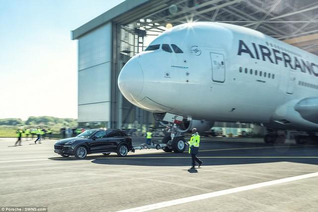 Porsche Cayenne gây choáng khi kéo máy bay chở khách lớn nhất thế giới - Ảnh 2.