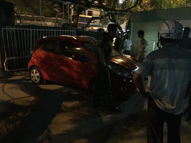 Đà Nẵng: Toyota Fortuner đâm Chevrolet Spark và húc thủng tường bãi giữ xe - Ảnh 1.