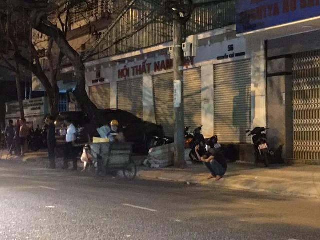 Đà Nẵng: Toyota Fortuner đâm Chevrolet Spark và húc thủng tường bãi giữ xe - Ảnh 2.