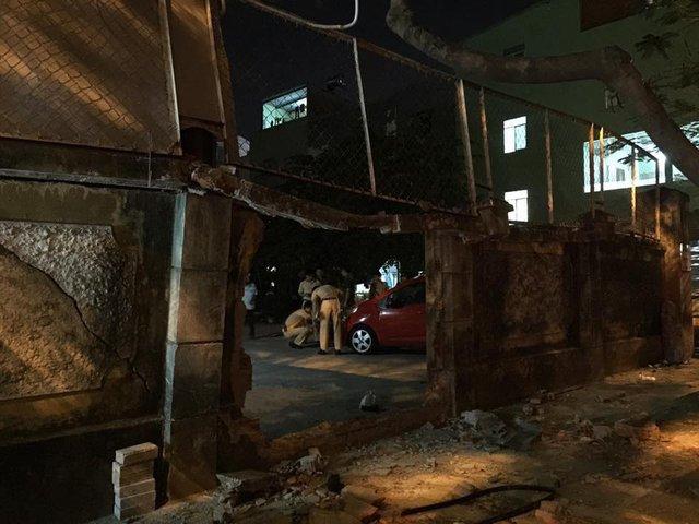 Đà Nẵng: Toyota Fortuner đâm Chevrolet Spark và húc thủng tường bãi giữ xe - Ảnh 5.