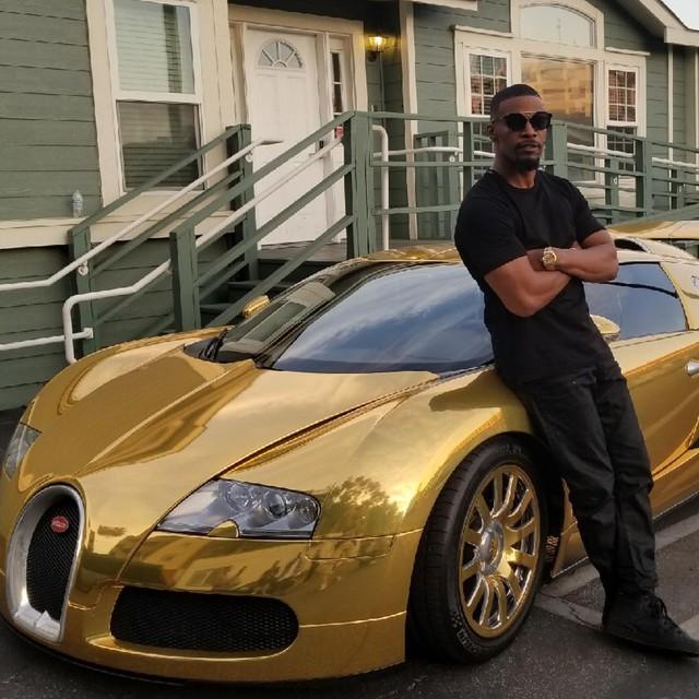 Nam tài tử Jamie Foxx khoe siêu xe Bugatti Veyron mạ vàng trị giá 2 triệu USD - Ảnh 1.