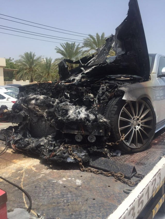 Xe sang Mercedes-Benz S-Class bốc cháy dưới cái nắng mùa hè - Ảnh 1.