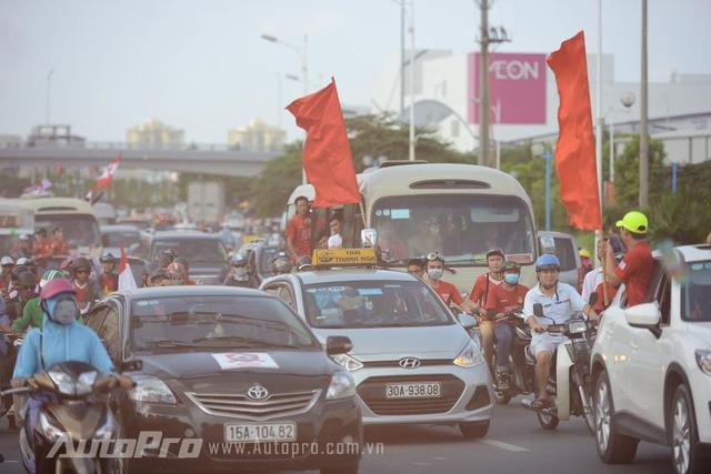 Giao thông Hà Nội náo loạn vì các cổ động viên từ Hải Phòng - Ảnh 2.