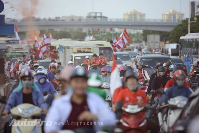 Giao thông Hà Nội náo loạn vì các cổ động viên từ Hải Phòng - Ảnh 3.